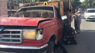 Aseguran camión con rollos de madera en el Ajusco
